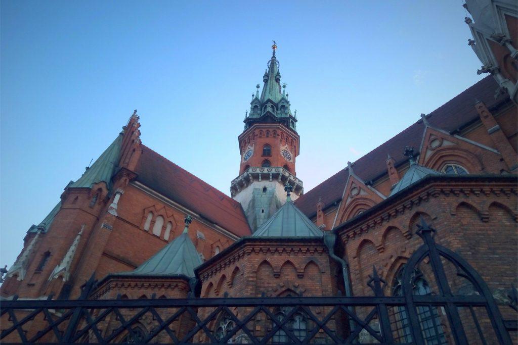 Widok na wieżę kościoła św. Józefa z zewnąrz