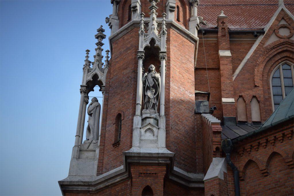 Zdjęcie jednej z wielu rzeźb świętych na froncie kościoła