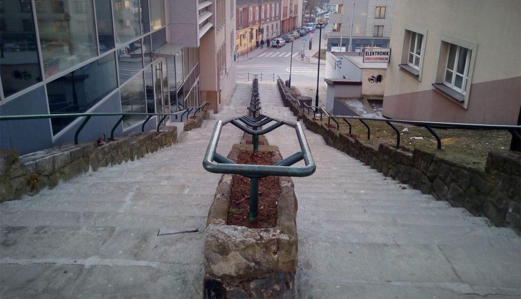 Widok ze schodów w dół na ulicę Kalwaryjską
