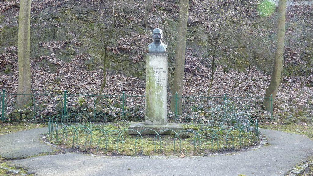 Pomnik założyciela parku Wojciecha Bednarskiego